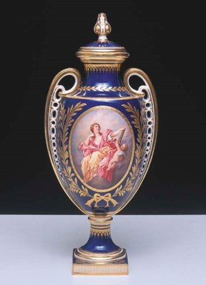 A MINTON TWO HANDLED COVERED V