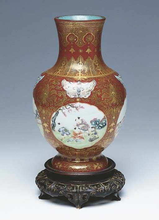 A CHINESE PORCELAIN ROSE-VERTE CORAL-GROUND VASE