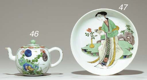 A SMALL FAMILLE VERTE TEAPOT AND COVER