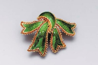 A GOLD AND ENAMEL BROOCH, BY D