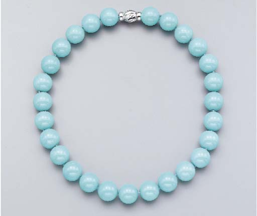 A SINGLE-STRAND TURQUOISE BEAD NECKLACE
