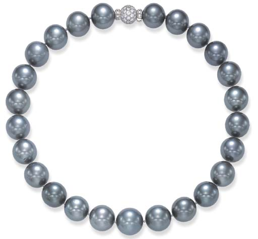 A SINGLE-STRAND CULTURED PEARL NECKLACE