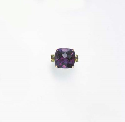 AN AMETHYST AND PERIDOT RING,