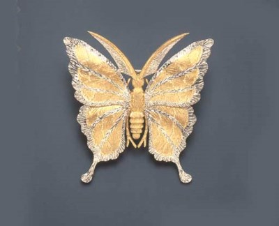A WHITE AND YELLOW GOLD BROOCH