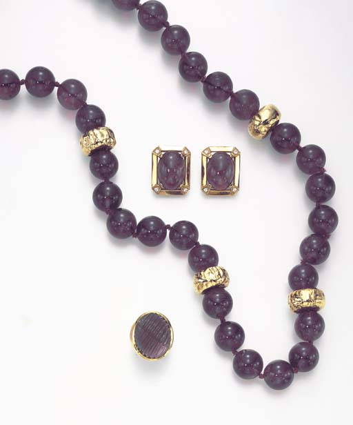 A GROUP OF AMETHYST, GOLD AND