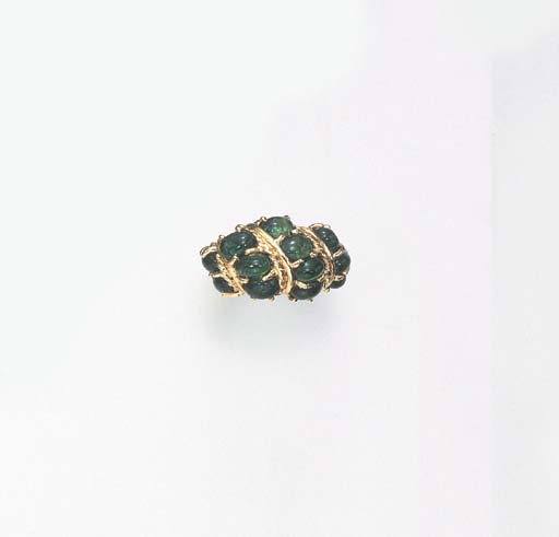 AN EMERALD AND GOLD RING