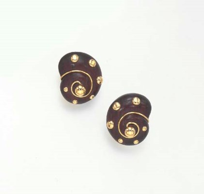 A PAIR OF WOOD AND GOLD EAR CL
