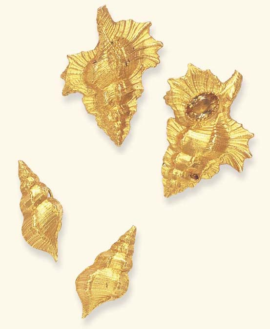 A SET OF GOLD SHELL JEWELRY, B