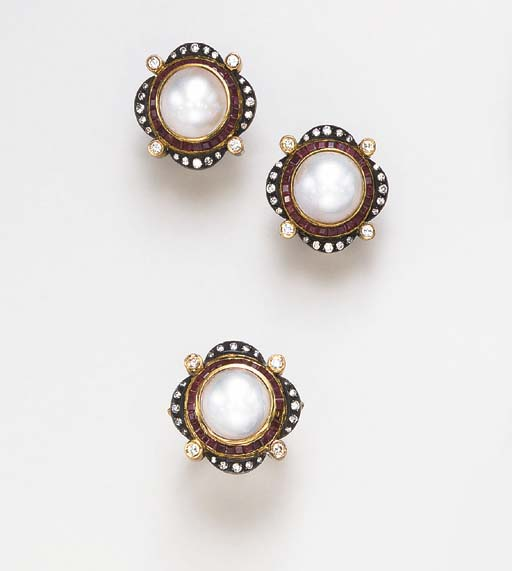 A SET OF CULTURED PEARL, DIAMO