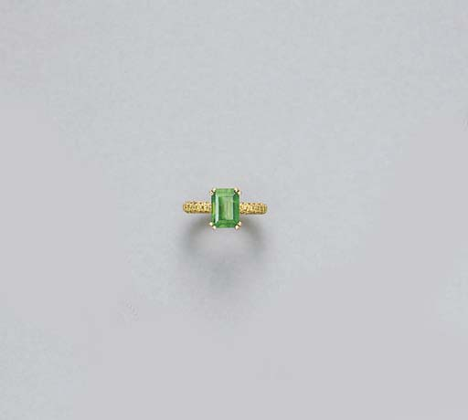 AN EMERALD AND COLORED DIAMOND