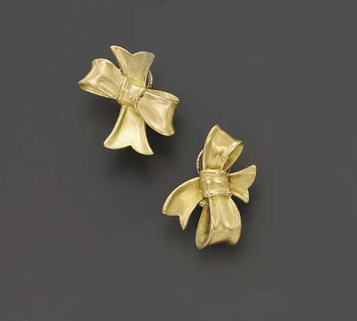 A PAIR OF GOLD BOW EAR CLIPS,
