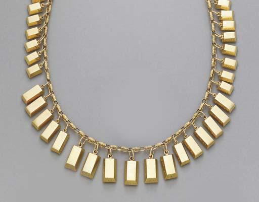 A GOLD NECKLACE