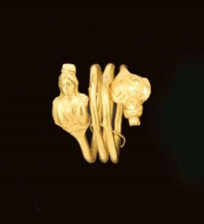 AN EGYPTIAN GOLD FINGER RING