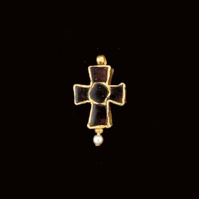 A BYZANTINE GOLD AND GARNET CR