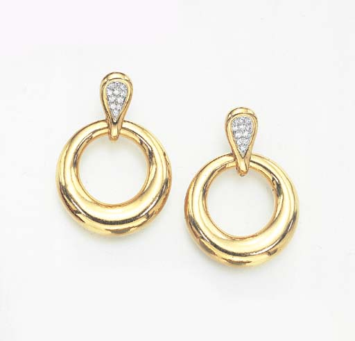 A PAIR OF DIAMOND AND GOLD EAR