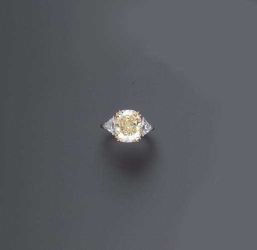 A FANCY YELLOW DIAMOND RING