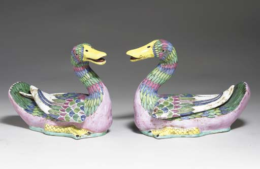 A PAIR OF FAMILLE ROSE PORCELA