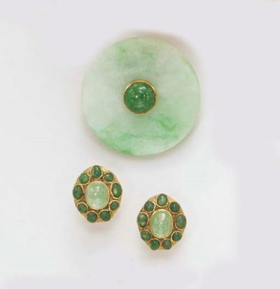 A GROUP OF NEPHRITE AND EMERAL