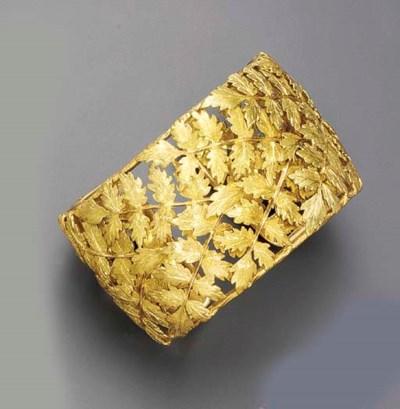 A GOLD BANGLE BRACELET, BY BUC