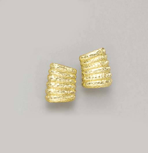A PAIR OF 18K GOLD EAR CLIPS,