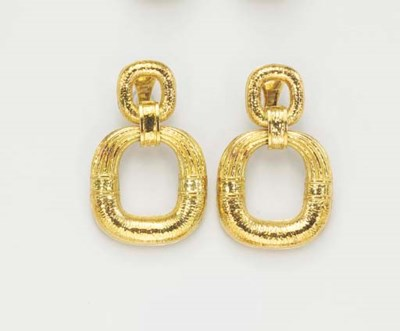 A PAIR OF 18K GOLD EAR PENDANT