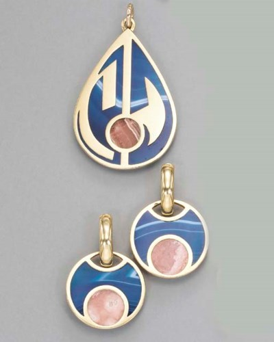 A SET OF HARDSTONE AND GOLD JE