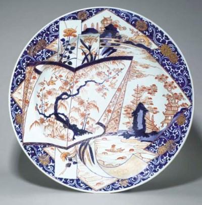 GRAND PLAT EN PORCELAINE IMARI
