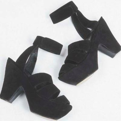 Deux paires de sandales, plate