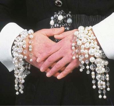 Paire de bracelets, couverts d