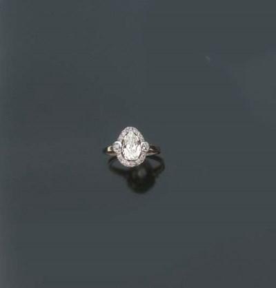 Anello con diamante taglio goc