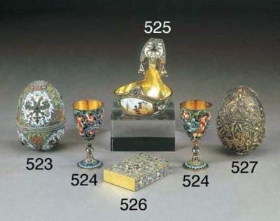 Uovo in argento dorato e pietr