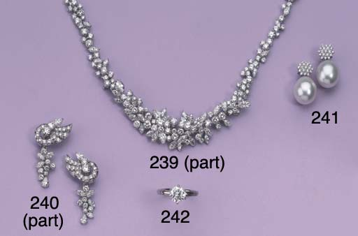 A PRETTY DIAMOND NECKLACE