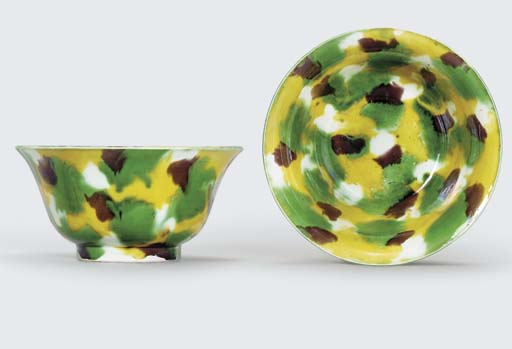 A PAIR OF FAMILLE VERTE BISCUIT 'EGG-AND-SPINACH' BOWLS
