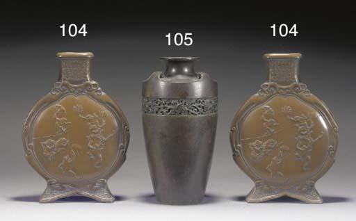 A JAPANESE BRONZE VASE 19TH CE