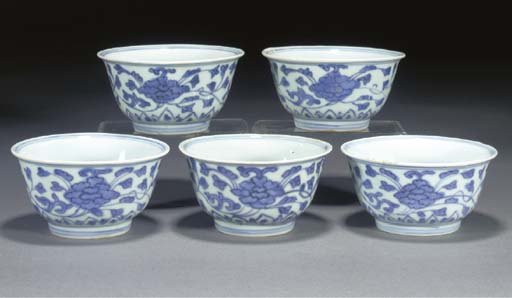 FIVE CHINESE BLUE AND WHITE TEA BOWLS 16TH/17TH CENTURY