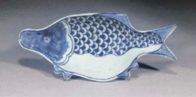 A Japanese market blue and white dish modelled in the form o