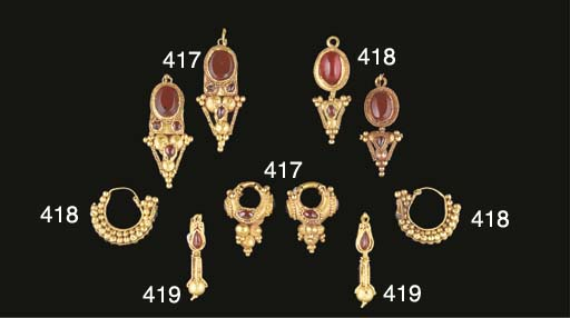 A PAIR OF ROMAN GOLD, GARNET AND CORNELIAN EARRINGS