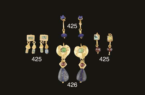 A PAIR OF EAST ROMAN GOLD, GARNET, BERYL AND GLASS EARRINGS