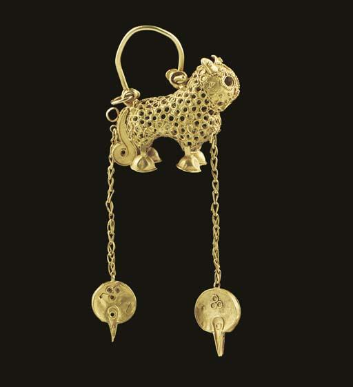 AN ISLAMIC GOLD LION EARRING