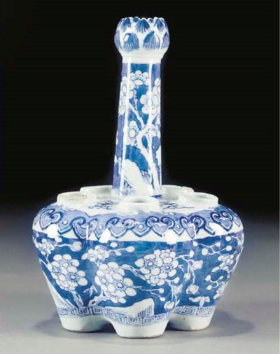 A blue and white cinquefoil cr