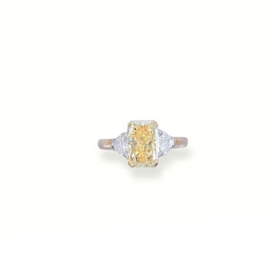A FANCY YELLOW DIAMOND RING, B