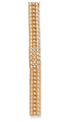 A DIAMOND AND GOLD BRACELET WA