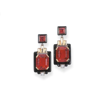 A PAIR OF ART DECO PENDENT EAR