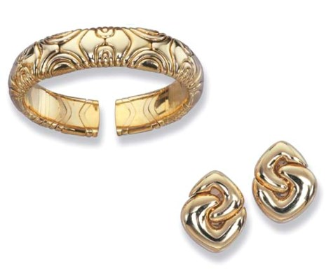 AN 18K GOLD BANGLE AND PAIR OF