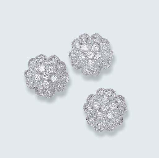 A PAIR OF DIAMOND FLORAL EARRINGS AND BROOCH