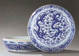 A VERY RARE LARGE MING BLUE AND WHITE CIRCULAR BOX AND COVER