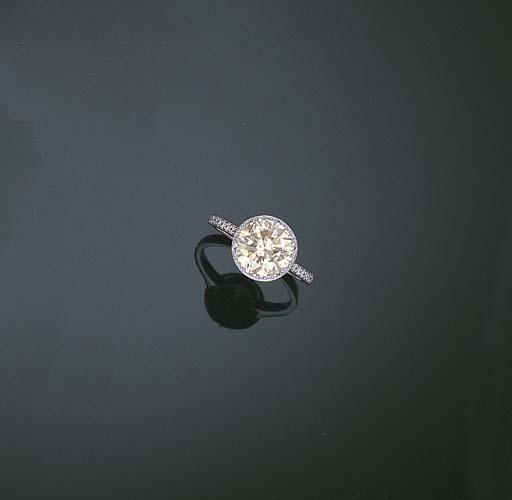 A FAINT BROWN DIAMOND RING