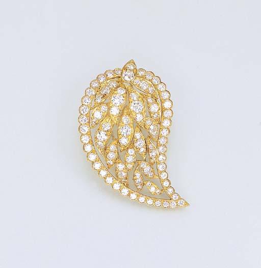 A DIAMOND CLIP BROOCH, BY VAN