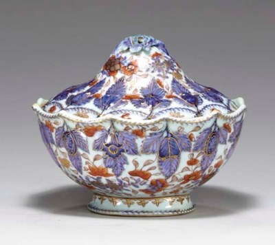 A CHINESE IMARI MOLDED SAUCE T