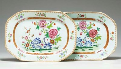A PAIR OF SMALL FAMILLE ROSE O